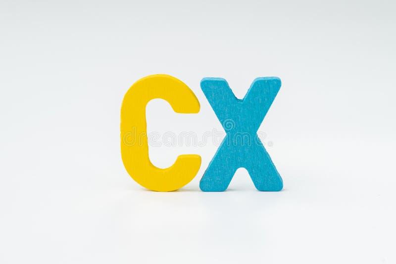 Kunderfarenhet, CX-begrepp som klassar för tillfredsställelse av produkt och tjänst, färgrikt ord CX med vit bakgrund som är varj fotografering för bildbyråer