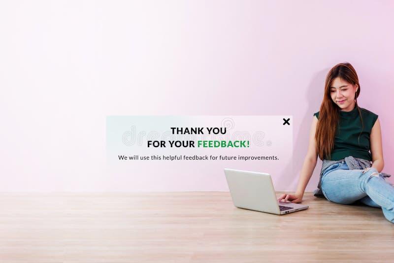 Kunderfarenhetsbegrepp Den unga klientkvinnan överförde hennes online- arkivbild