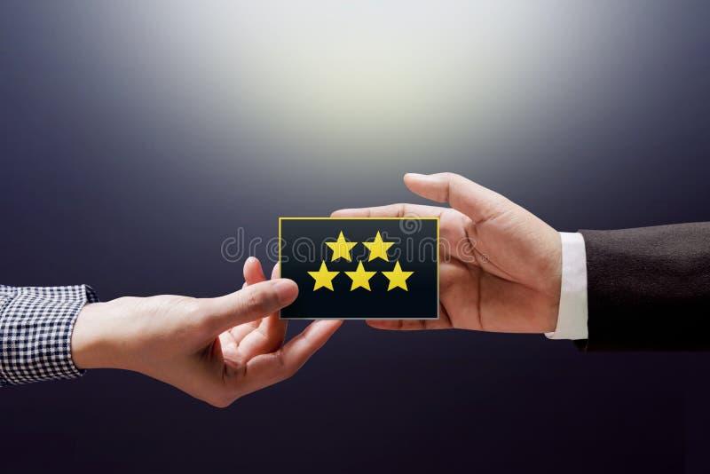 Kunderfarenhetsbegrepp, lycklig klientkvinna som ger en Feedbac royaltyfri foto