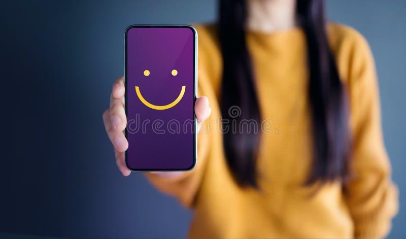 Kunderfarenhetsbegrepp, lycklig kvinnashow Smiley Face för honom arkivfoto
