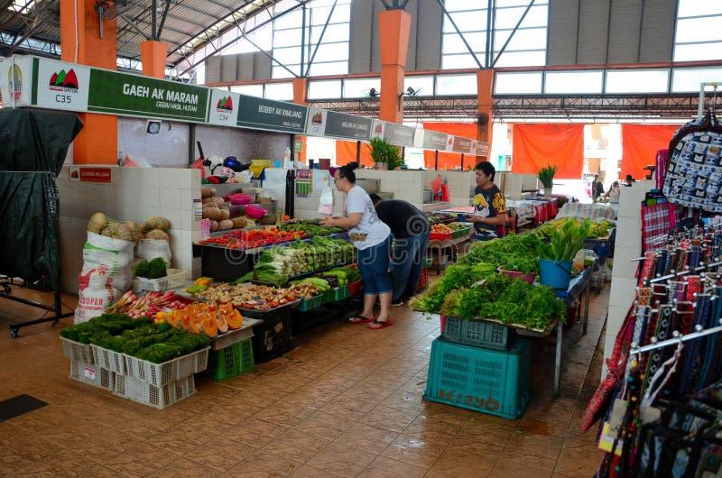 Kundin überprüft und wählt Frischgemüse Satok-Markt Kuching Malaysia lizenzfreies stockfoto