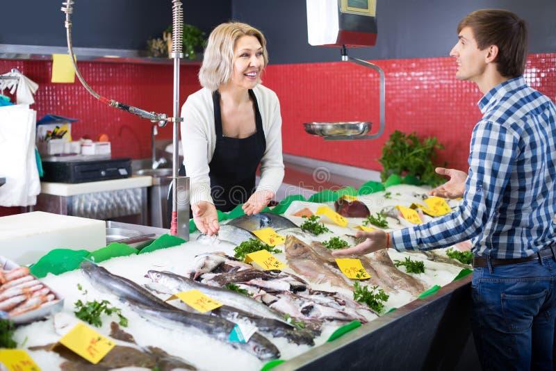 Kundköpandefisken shoppar in royaltyfri bild