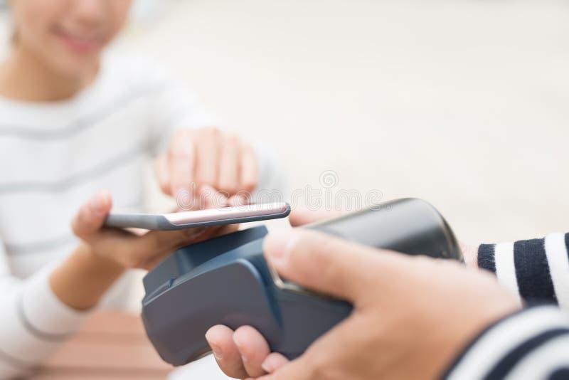 Kundlön vid mobiltelefonen arkivfoto