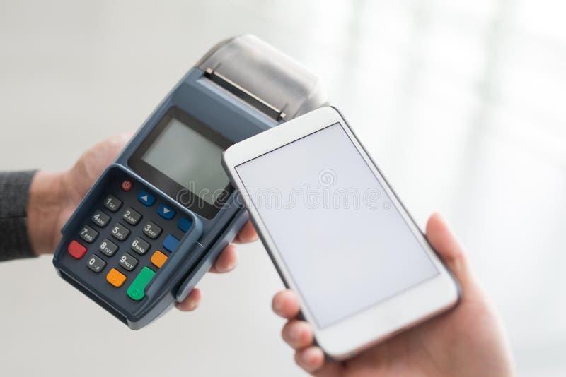 Kundlön vid mobiltelefonen arkivbild
