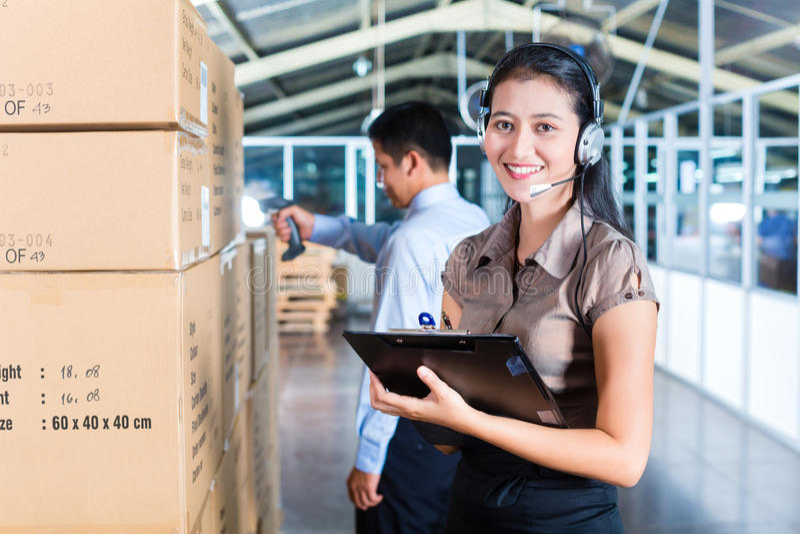 Kundtjänst i asiatiskt exportlager arkivfoton