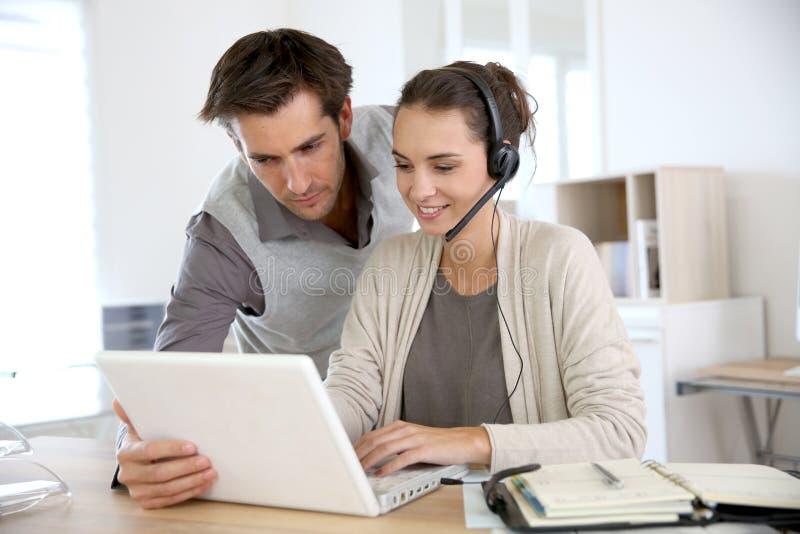 Kundtjänstassistenter som prosepcting nya klienter royaltyfri bild