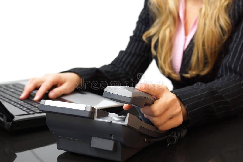 Kundtjänstbegreppsaffärskvinnan svarar telefonen arkivfoton