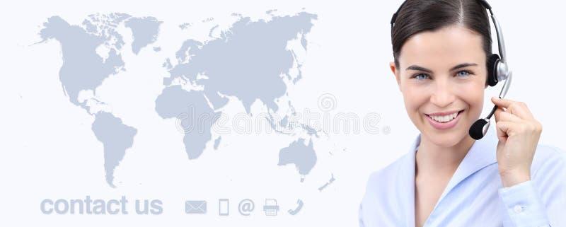 Kundtjänstoperatörskvinna med hörlurar med mikrofon som ler, världskarta arkivfoton