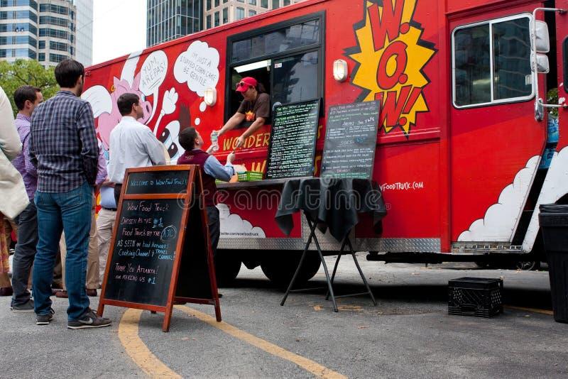 Kundväntan i linje att beställa mål från matlastbilen arkivfoto