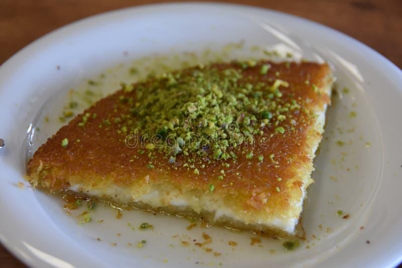 Kunefe turc de dessert avec le chemin de coupure de pistache à l'intérieur photo stock