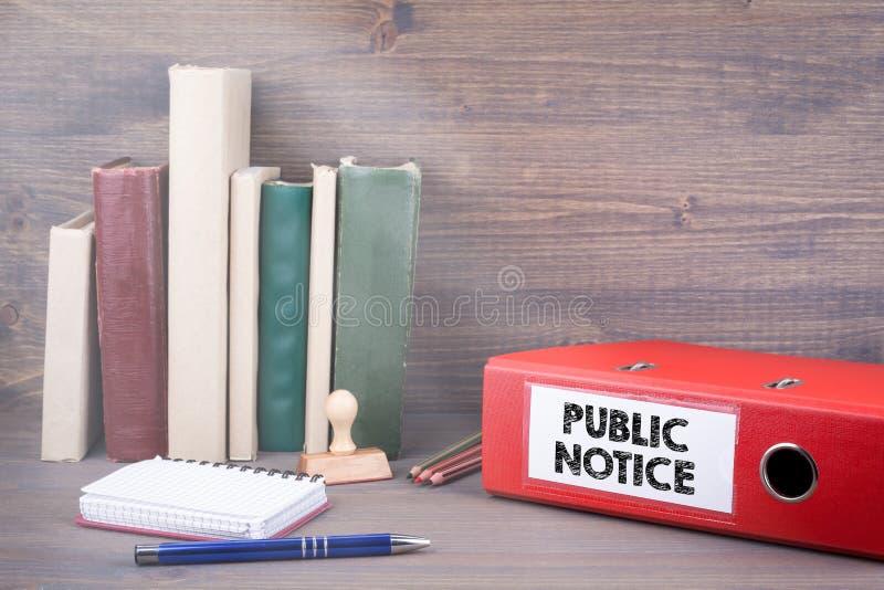 Kungörelse Limbindning på skrivbordet i kontoret extra bakgrundsaffärsformat arkivfoto