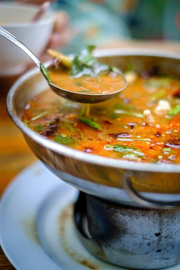Kung de Tom Yum una sopa tailandesa caliente y picante tradicional con el camarón, leche de coco foto de archivo