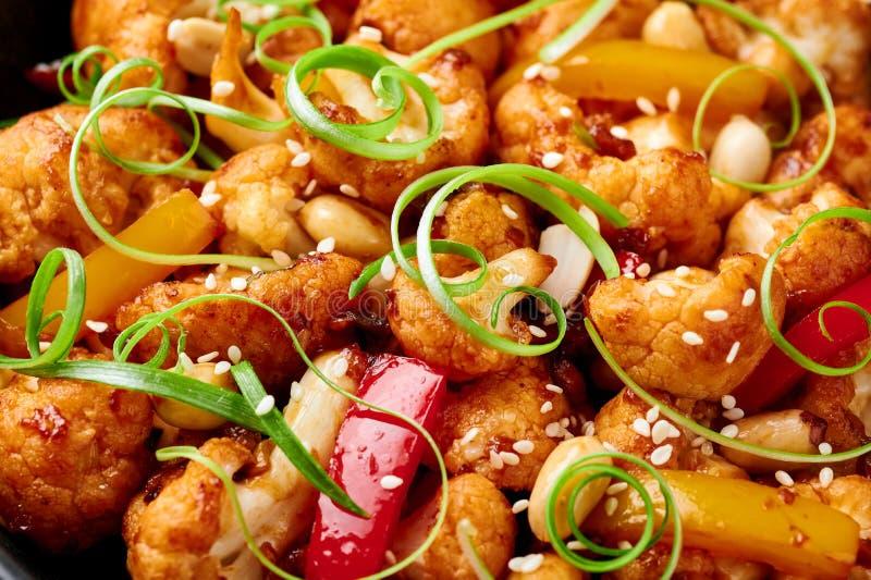 Kung Pao Cauliflower op donkere leisteenachtergrond Sichuan Kung Pao Cauliflower is een Chinees vegetarisch gerecht voor de keuke stock fotografie