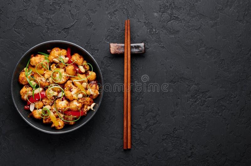 Kung Pao Cauliflower op donkere leisteenachtergrond Sichuan Kung Pao Cauliflower is een Chinees vegetarisch gerecht voor de keuke stock foto's