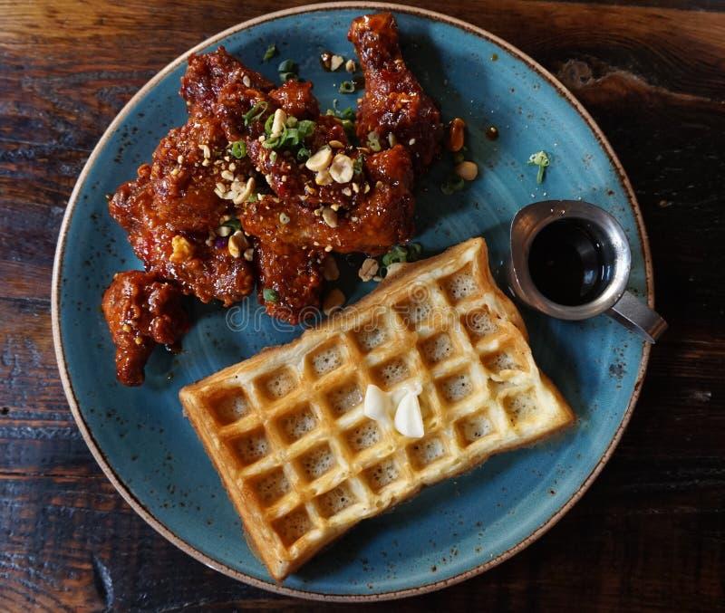 Kung Pao Chicken Wings en Wafels stock afbeelding