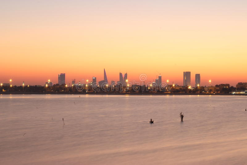 Kungarike av den Bahrain stadssolnedgången arkivfoton