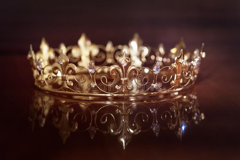 Kunglig krona för konung eller drottning Symbol av makt och rikedom royaltyfri foto