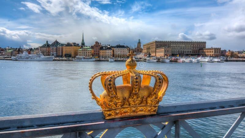 Kunglig krona och Stockholm gammal stad Gamla Stan, Sverige royaltyfri foto