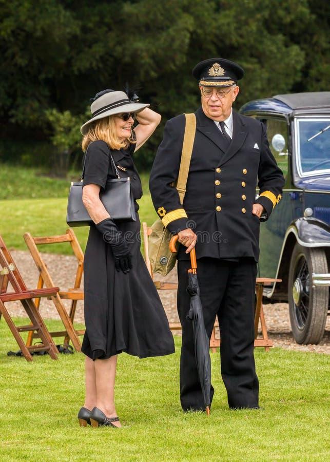 Kunglig marintjänsteman och stilfull dam från WW2 royaltyfria foton