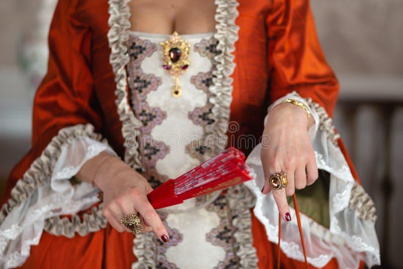 Kunglig medeltida boll för Retro stil - den majestätiska slotten med iklädda konung- och drottningens för ursnyggt folk vänn royaltyfri bild