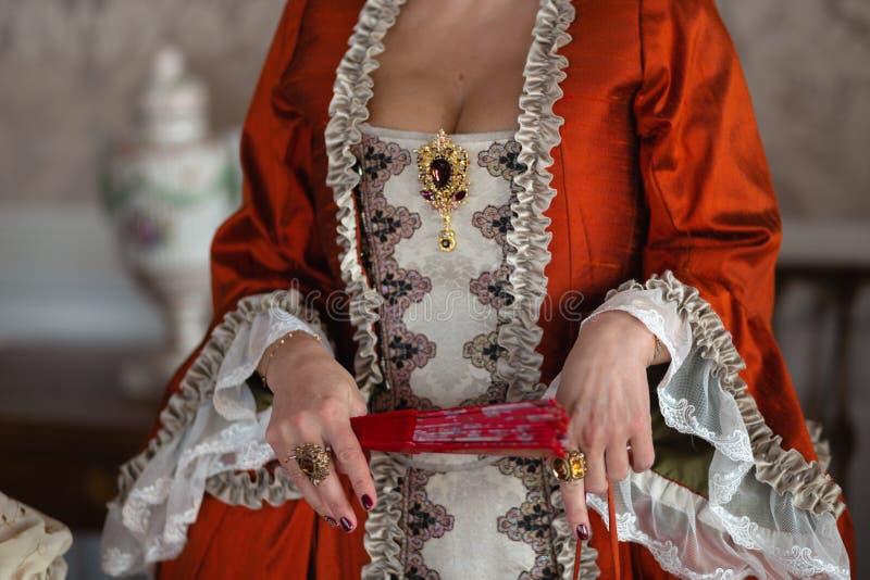 Kunglig medeltida boll för Retro stil - den majestätiska slotten med iklädda konung- och drottningens för ursnyggt folk vänn royaltyfria foton