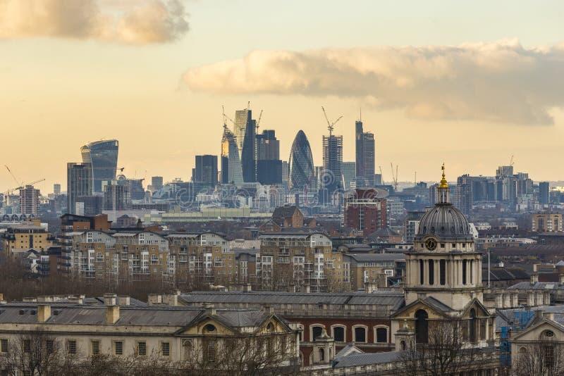 Kunglig sjö- högskola och stad av London skyskrapor arkivfoto