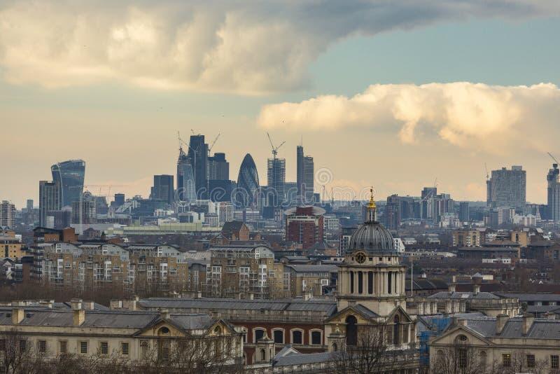 Kunglig sjö- högskola och stad av London skyskrapor arkivbilder