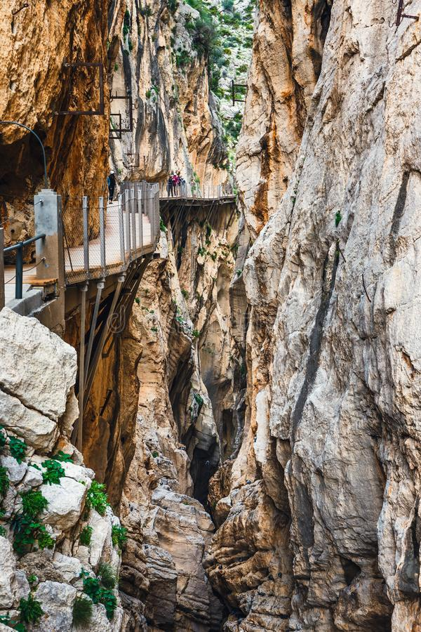 Kunglig slinga också som är bekant som El Caminito Del Rey - bergbana längs branta klippor i klyftan arkivfoton