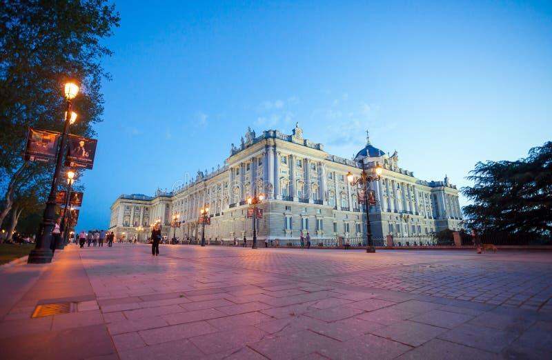Kunglig slott med turister på en vårnatt i Madrid royaltyfri fotografi