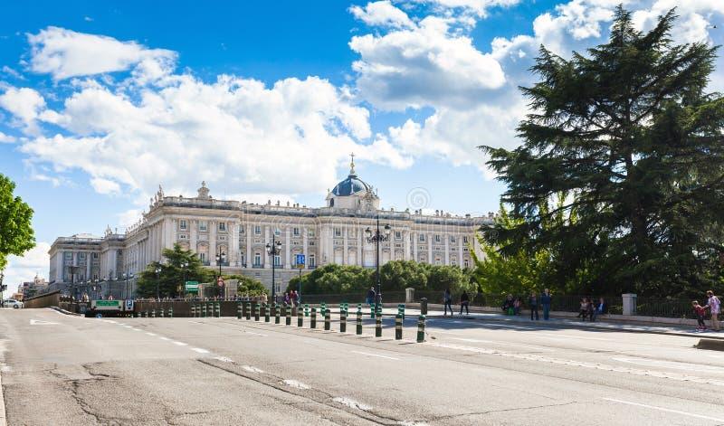 Kunglig slott med turister på vårdag i Madrid royaltyfri foto