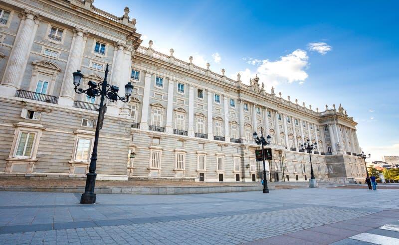 Kunglig slott med turister på vårdag i Madrid arkivfoto