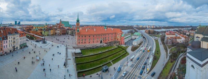 Kunglig slott och slottfyrkanten i gammal stad av Warszawa, Polen royaltyfri foto