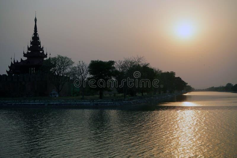 Kunglig slott och solnedgång arkivfoto