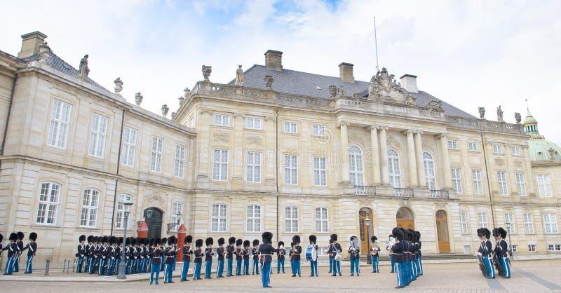 Kunglig vakt i den Amalienborg slotten i Köpenhamn i Danmark royaltyfria bilder