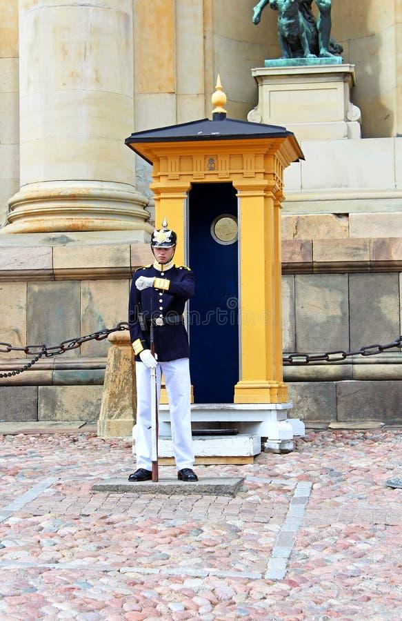 Kunglig vakt som skyddar Royal Palace i Stockholm arkivfoto