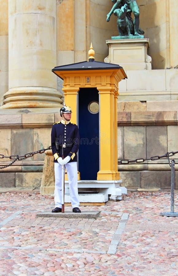 Kunglig vakt som skyddar Royal Palace i Stockholm arkivfoton