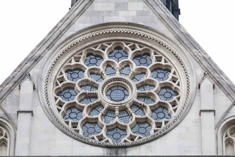 Kungliga domstolar, gotisk stilbyggnad, rosa fönster på fasaden, London, Förenade kungariket royaltyfri bild