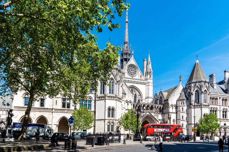Kungliga domstolar som bygger i London royaltyfri bild