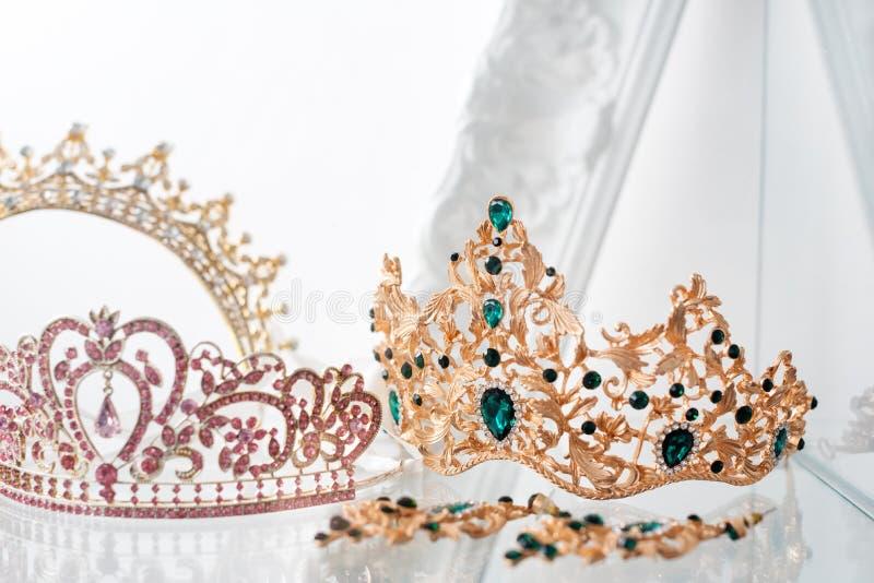 Kungliga lyxiga guld- och silverkronor dekorerade med ädelstenar Diamanttiaror med gemstones för studentbal och bröllop royaltyfria bilder