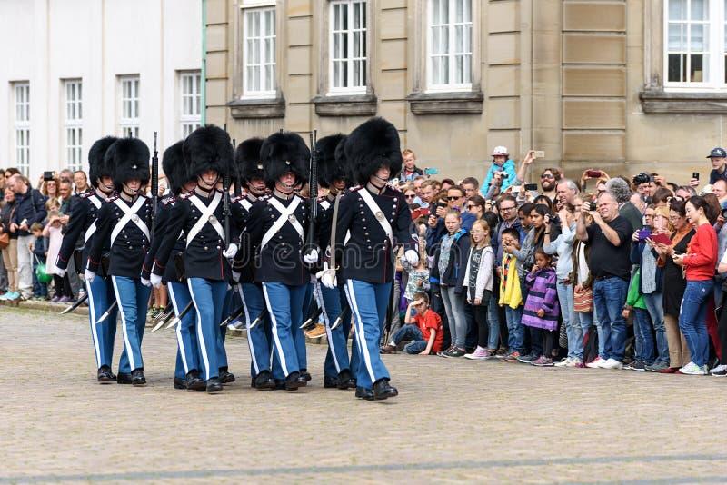 Kungliga vakter på fyrkanten på Amalienborg rockerar arkivbild
