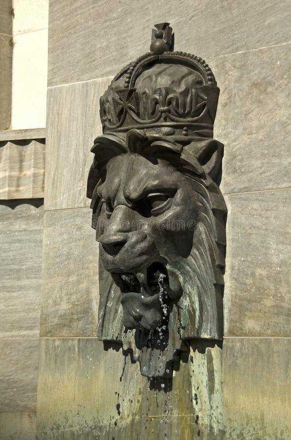 Kungligt Lionhuvud på väggen royaltyfri bild