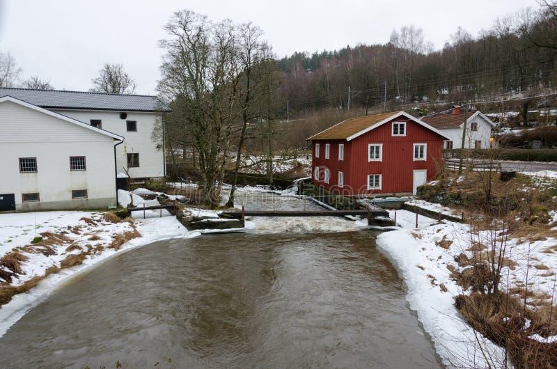 Kungsbacka rzeka z zimną wodą i lodem obrazy stock