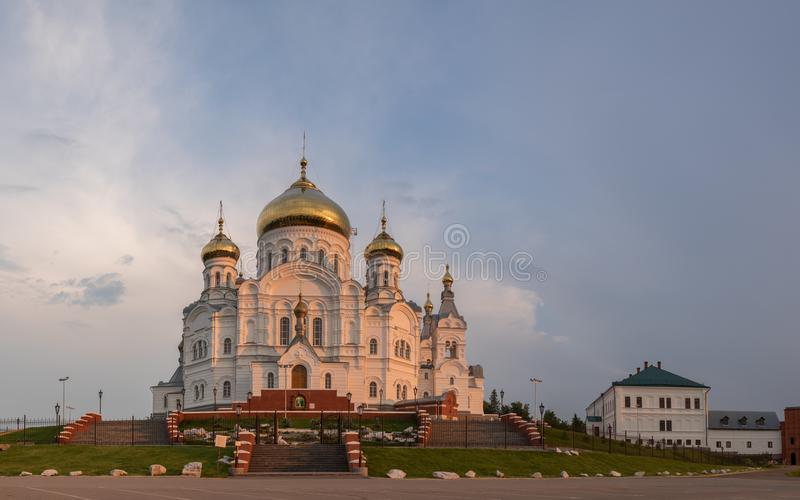 KUNGUR, PERM KRAI, RUSSIE - 14 JUILLET 2018 : Vue sur l'entrée principale du monastère de Belogorsky de Saint-Nicolas Monastère d image stock