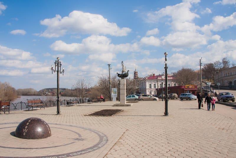 Kungur, Russia - 16 aprile 2016: Quadrato sulla costa del fiume immagine stock libera da diritti