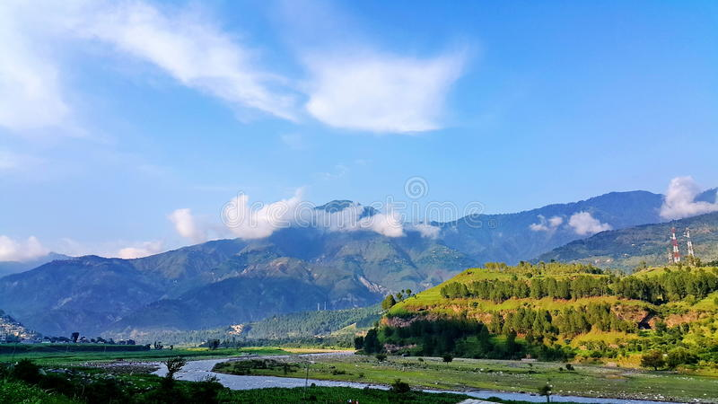 Kunhar-Fluss, der durch Berge überschreitet lizenzfreie stockbilder