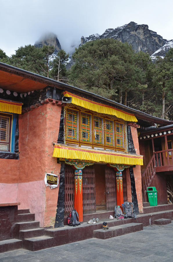 Download Kunjung, Nepal, Oktober, 17, 2013 Monasterio Antiguo En El Pueblo De Khumjung, En El Cual Almacenó Un Cuero Cabelludo Del Yeti Imagen editorial - Imagen de buddhism, gente: 64207045