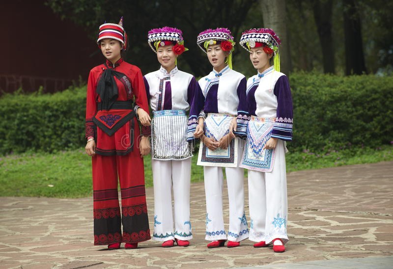 Kunming, Китай 30-ое августа 2013: Женщины меньшинства поют в деревне ` s Юньнань этнической стоковые изображения