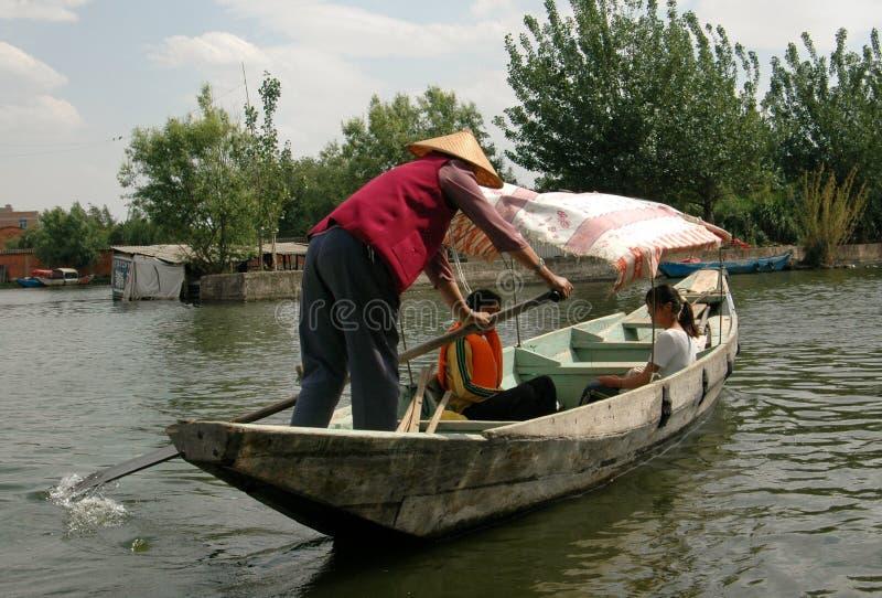 Kunming, China: Boatman op het Meer van de Chi Dian stock foto