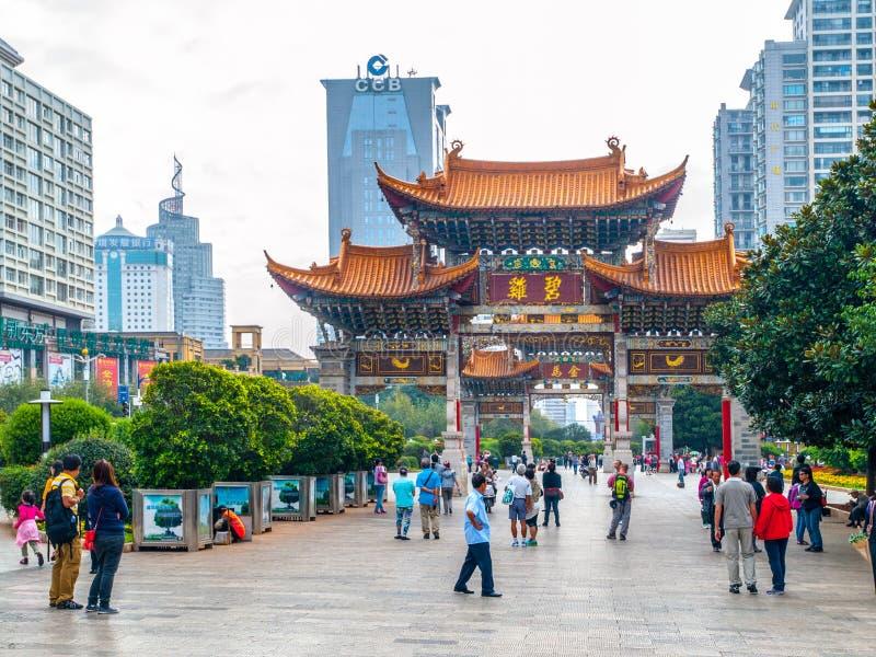KUNMING, CHINA - SEPTEMBER 9, 2012: Kunmingsoverwelfde galerij Traditionele Chinese poort en moderne gebouwen van van de binnenst stock foto's