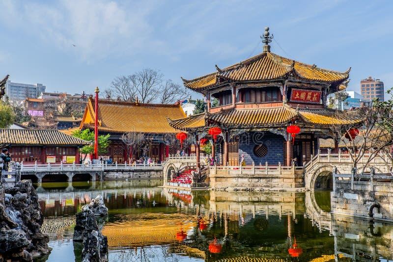 KUNMING 13 DE MARZO DE 2016 Los viajeros en el templo budista de Yuantong, templo budista de Yuantong son el templo budista más f fotografía de archivo libre de regalías